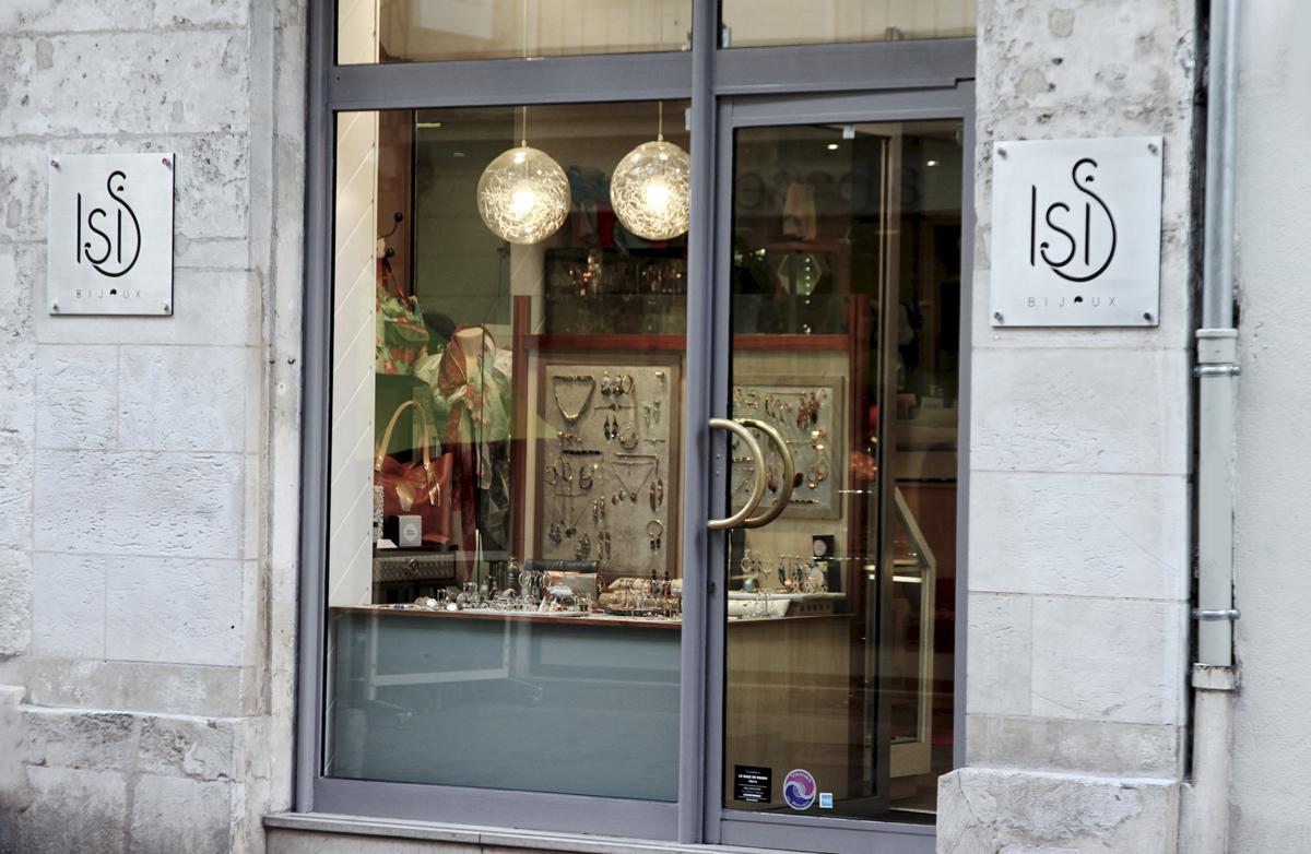 Bijoux de Juin, Isis